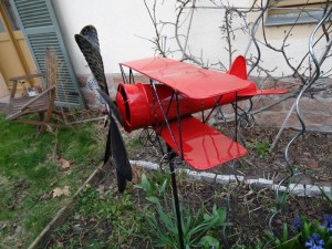 Ein kleiner roter Flieger sucht nach dem besten Platz ...