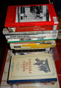 Bücherstapel für die kleine freie Gutsbibliothek