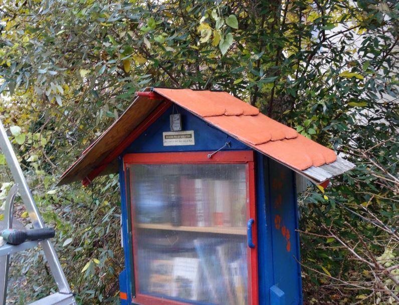 ein neues dach f r die kleine gutsbibliothek die kleine freie gutsbibliothek. Black Bedroom Furniture Sets. Home Design Ideas
